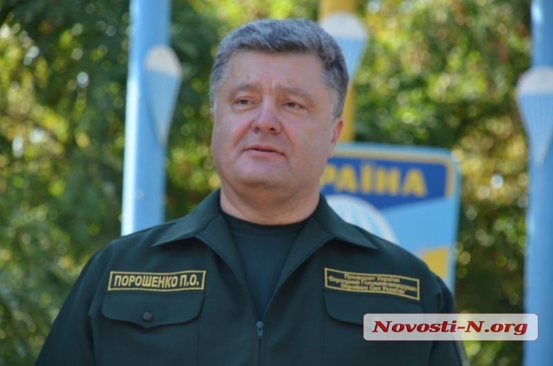 В Николаеве Порошенко приодели, а он спел гимн. Видео