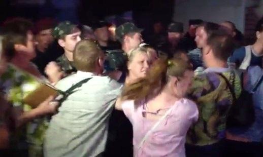 В Николаеве милиция разогнала кричащих женщин, которые блокировали выезд бойцов в АТО. Видео