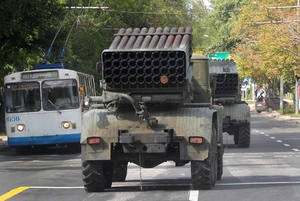 По центру Донецка ездят «Грады», а жители бегут из города. Фото