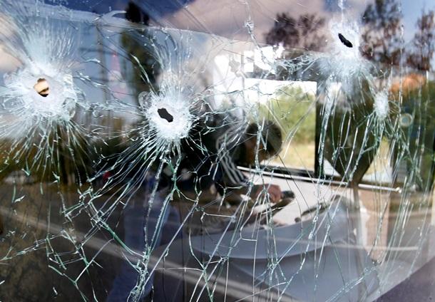 В Донецке снаряд попал в автобус. Фото 18+