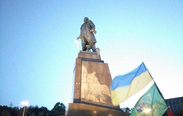 В Харькове валят памятник Ленину. Онлайн трансляция