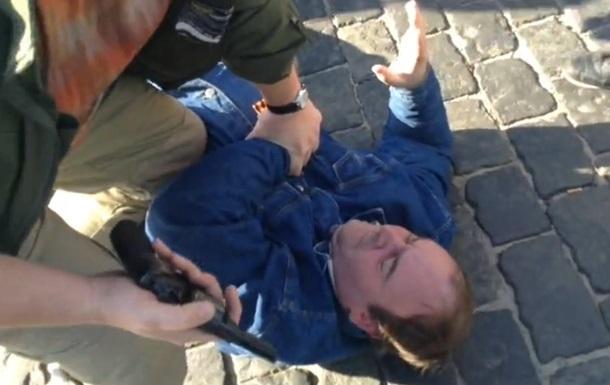 В Харькове задержали мужчину с пистолетом. Видео