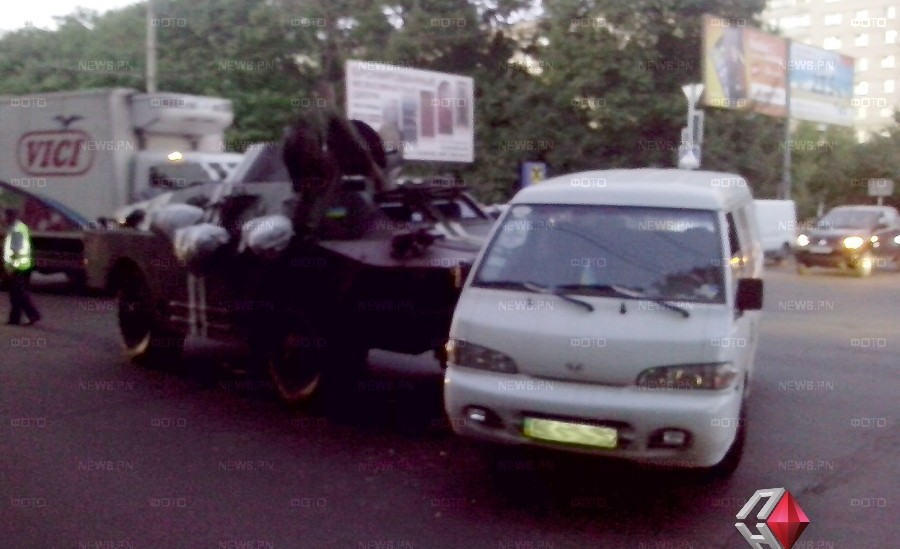 В Николаеве армейский БРДМ протаранил микроавтобус. Фото