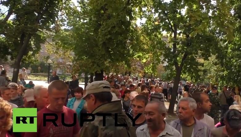 Луганчане стоят в очереди за гуманитаркой из России. Видео
