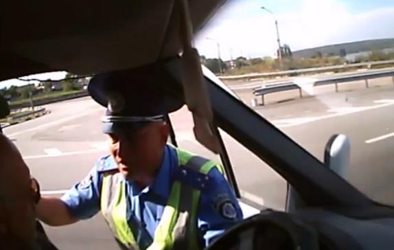ГАИшник из Запорожья подрался с водителем из Донецка. Видео