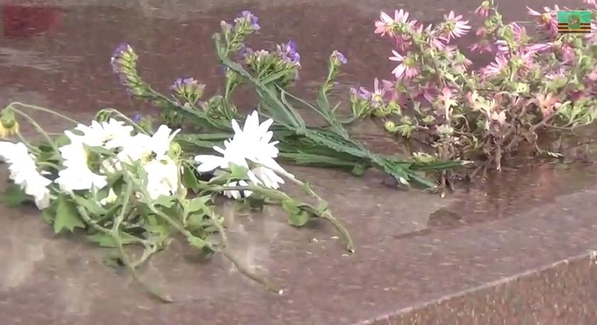 Харьковчане несут цветы к бывшему памятнику Ленина. Видео