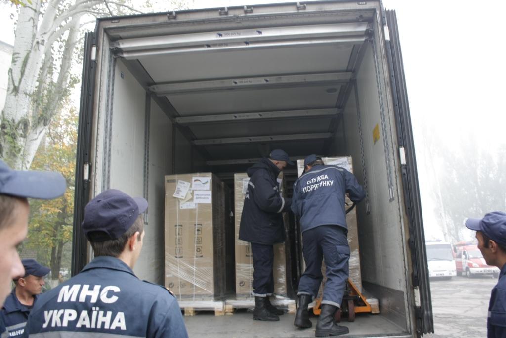 Германия пригнала 8 грузовиков с гуманитаркой в Запорожье. Видео