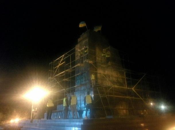 В Харькове восстанавливают памятник Ленину. Фото