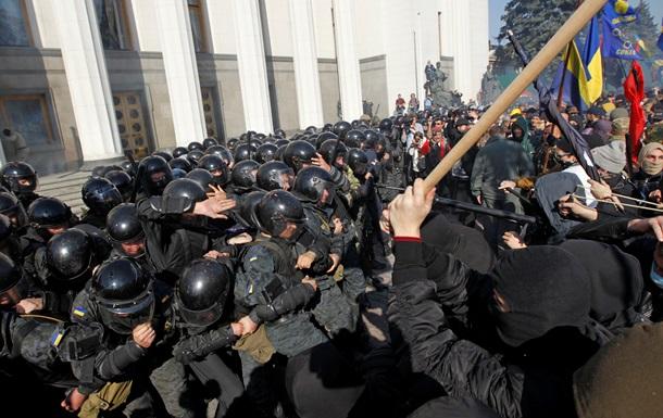 Провокаторы под ВР били силовиков цепями. Фото