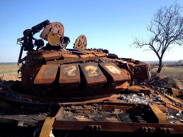 В 40 км от Донецка обнаружили, вероятно, российскую сгоревшую технику. Фото