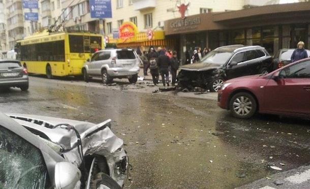В центре Киева произошло масштабное ДТП с участием 5 авто и троллейбуса. Видео