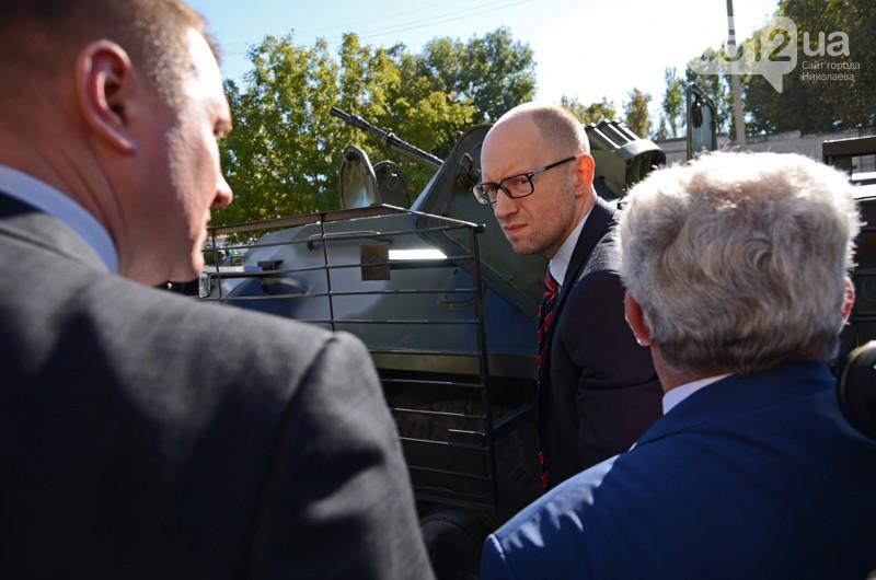 Яценюк организовал себе экскурсию на николаевский БТРЗ. Фото