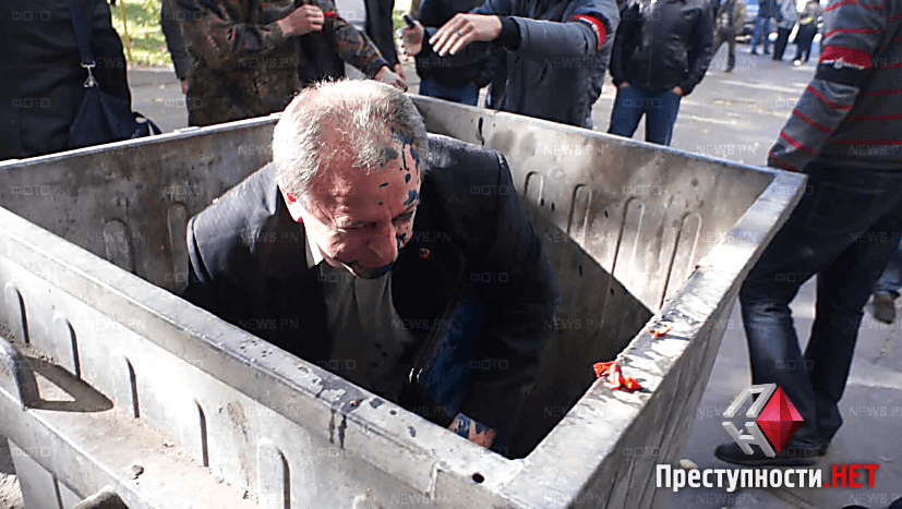 В Николаеве чиновника, устроившего пьяное ДТП, отправили в мусорный бак. Видео