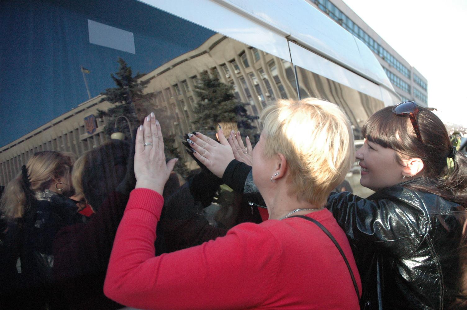 Запорожье со слезами встретило своих героев из плена. Фото