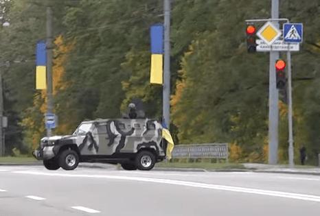 Нацгвардия разъезжает по улицам Харькова на броневиках. Видео