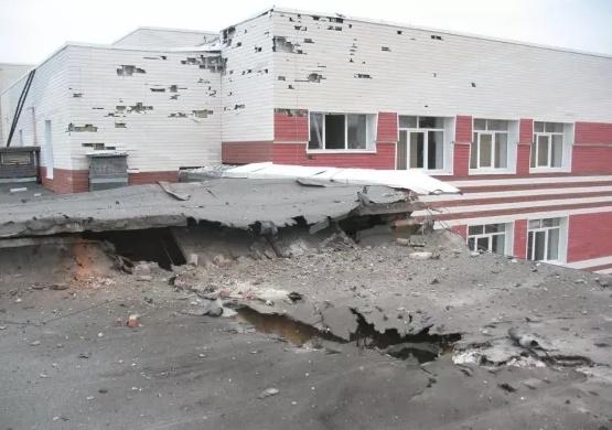 Донецк: Школа № 61 после вчерашнего обстрела. Фото
