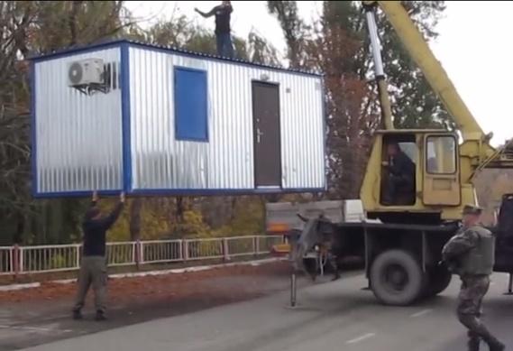 Украинские пограничники «переносят границу» на Донбассе. Видео