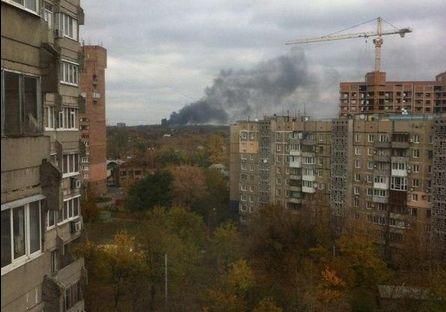 Сегодня жители Донецка услышали серию мощных взрывов, вызвавших пожар. Видео