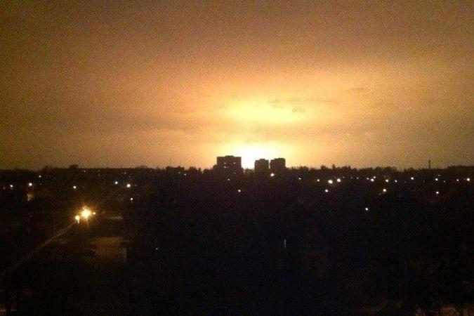 Пылающий в огне Донецк видят даже в 50 километрах от города. Видео 18+