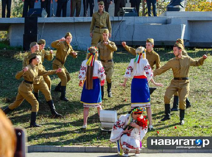 Скандал в Запорожье: Ветеранам ВОВ показали как советские солдаты насилуют украинок. Фото