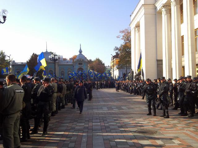 Тысячи митингующих дошли до ВР, скандируя «ОУН-УПА – государственное признание». Фото