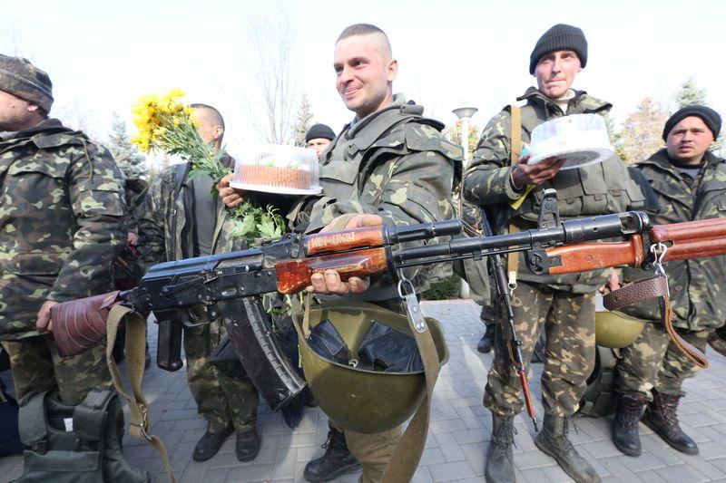 В Запорожье с цветами и слезами на глазах встречали защитников Мариуполя. Фото