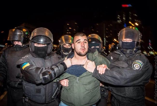 Киев: Милицию опять забросали камнями. Видео