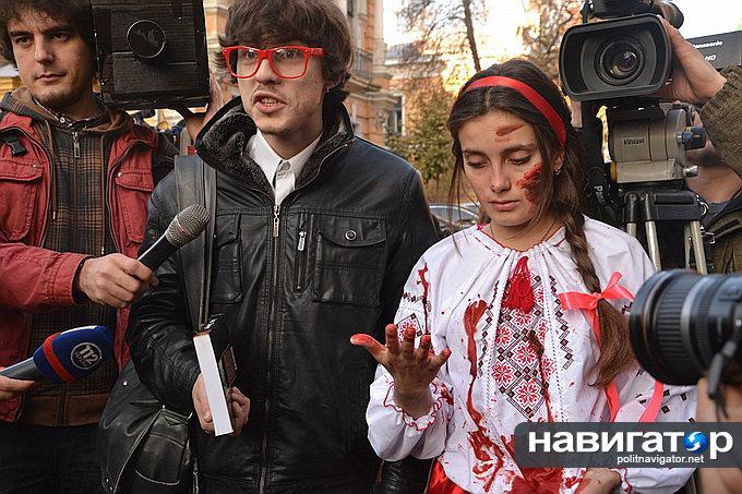 Окровавленная «мова» и «ватник»-Порошенко: Спектакль перед администрацией президента. Видео