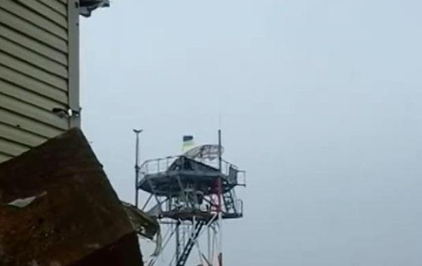 Бойцы установили флаг Украины на метеовышке донецкого аэропорта. Видео