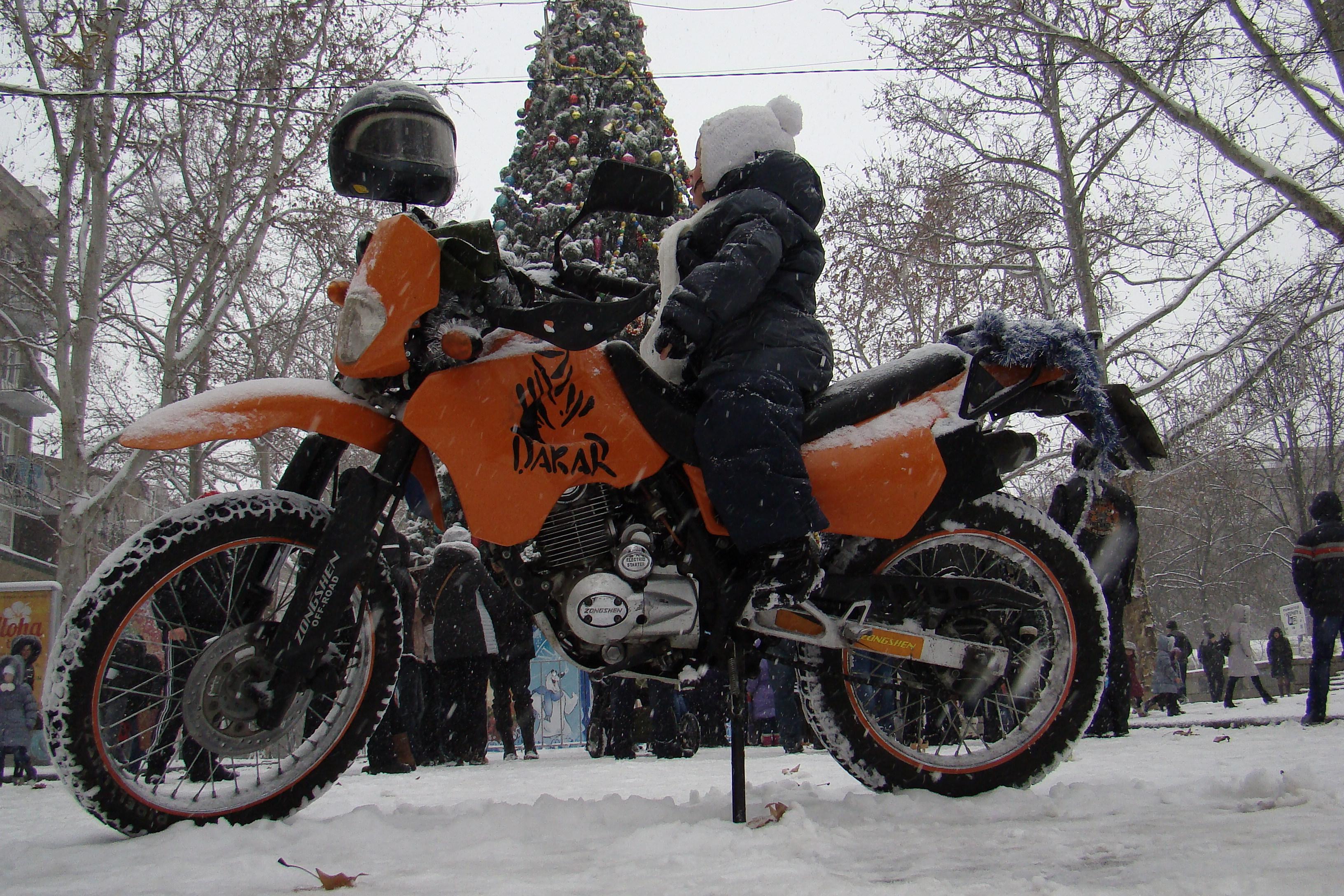 Николаевский мото-Дед Мороз с мото-Снегурочкой поздравили деток с наступающим Новым Годом. Видео