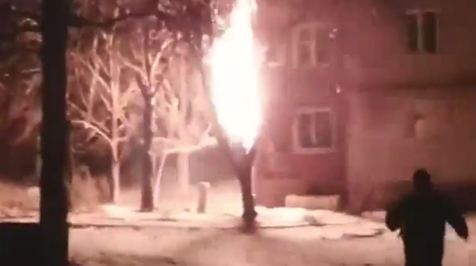 В Донецке «Град» попал в жилой дом и вызвал пожар. Видео
