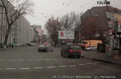 Киев: В ДТП перевернулась скорая. Видео