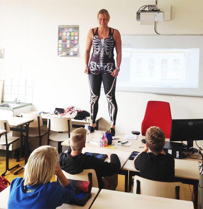 Ученики разделись перед учительницей фото видео фото 366-204